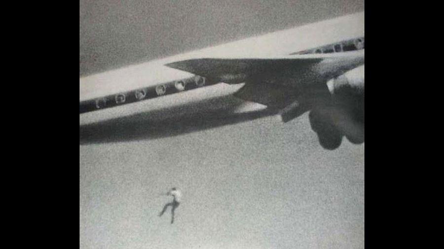 O garoto Keith Sapsford, de 14 anos, havia se escondido no trem de pouso de um avião que faria um voo da Austrália ao Japão. Um fotógrafo amador que estava testando sua câmera flagrou o momento em que o jovem cai de uma altura de mais de 60 metros para a morte