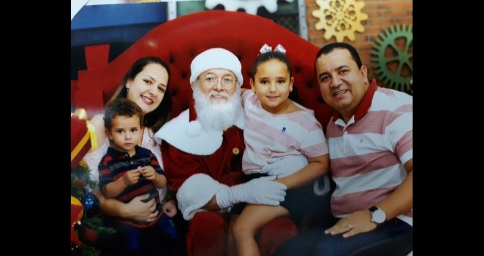 """""""Mantendo a tradição desde o nascimento da minha filha mais velha, Cecília, todos os anos fazemos a nossa foto de família com o papai Noel. Esse ano o nosso caçula Bernardo completou a nossa foto de família"""", contam a mamãe Wendy e o papai Sávio"""