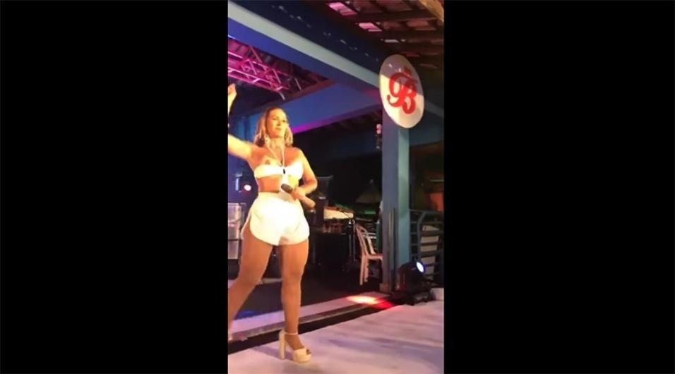 3.dez.2017 - Valesca Popozuda 'pagou peitinho' durante uma apresentação em Ipatinga, no interior de Minas Gerais