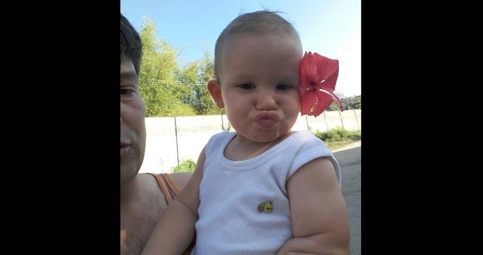 """Gabriela enviou foto da filha Paola de um ano e três meses: """"Ela adora jogar beijinhos!"""""""