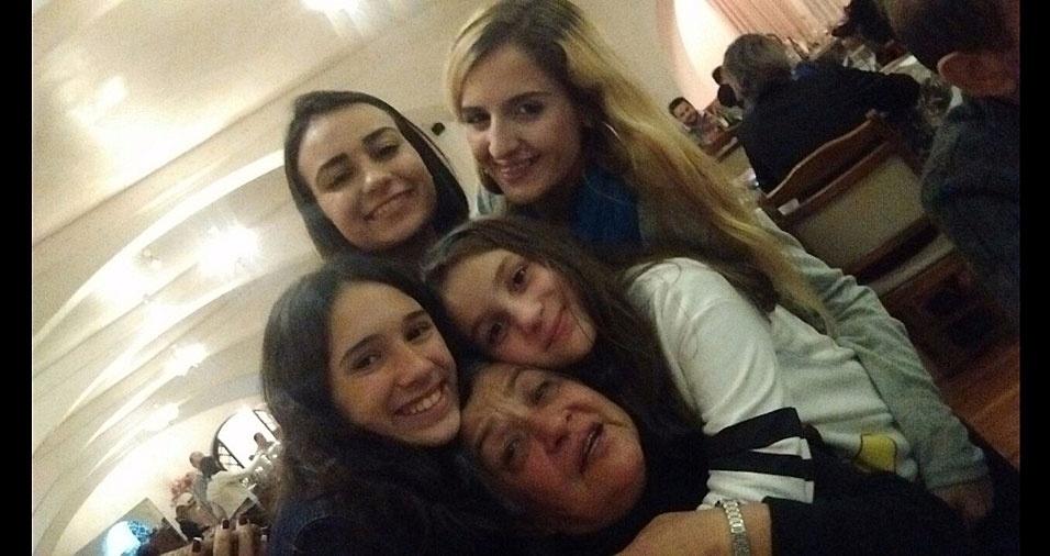 """A vovô Aura Maria Viana Moreno, de São Paulo (SP), rodeada pelas netas Amanda, Ana Beatriz, Giovana e Taís. """"Faltou o bisneto Bezinho"""", conta ela"""