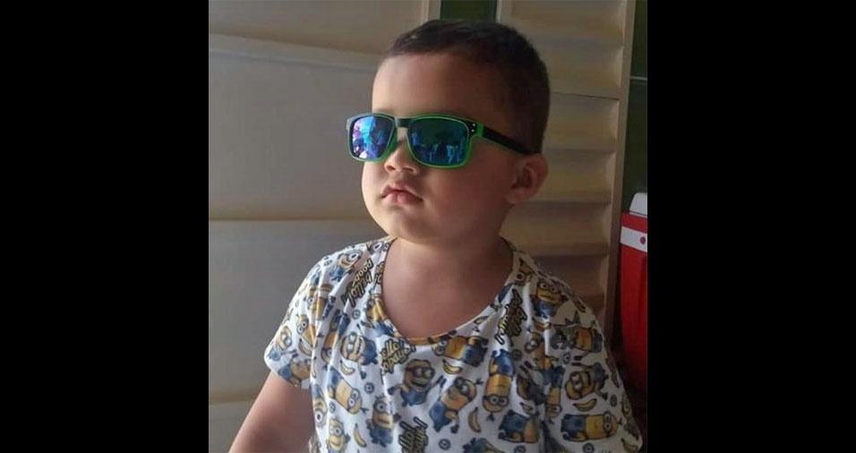 A mãe Tamires enviou foto do filho Arthur, cheio de estilo com seus óculos azuis