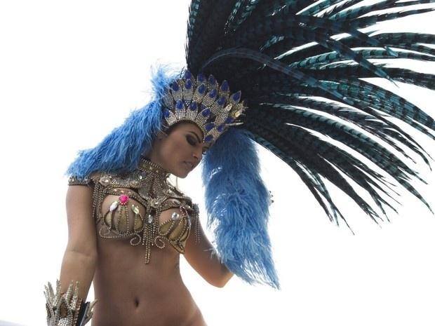"""14.nov.2015 - A ex-BBB e musa do Carnaval Natália Casassola posou com fantasia carnavalesca no Morro da Rocinha, no Rio de Janeiro, dando um """"toque especial"""" ao ensaio. Nas imagens, a beldade aparece sem calcinha, exibindo as curvas e a tatuagem de borboletas que vai das costelas até o bumbum. """"Tudo sem Photoshop. Sou o mais natural possível. Como uma mulher na vida real"""", garantiu Natália"""