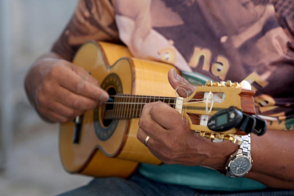 20.mai.2016 - Samba na feira. O cavaquinho é responsável pela harmonia do samba, que começa na hora da xepa, no Jardim Primavera, na zona norte da capital paulista