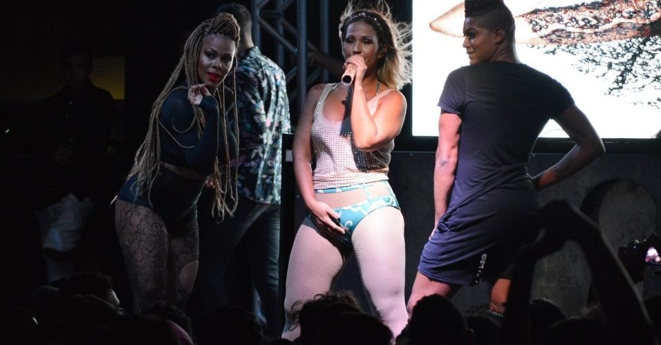18.mar.17 - Valesca sensualiza surante show no DF