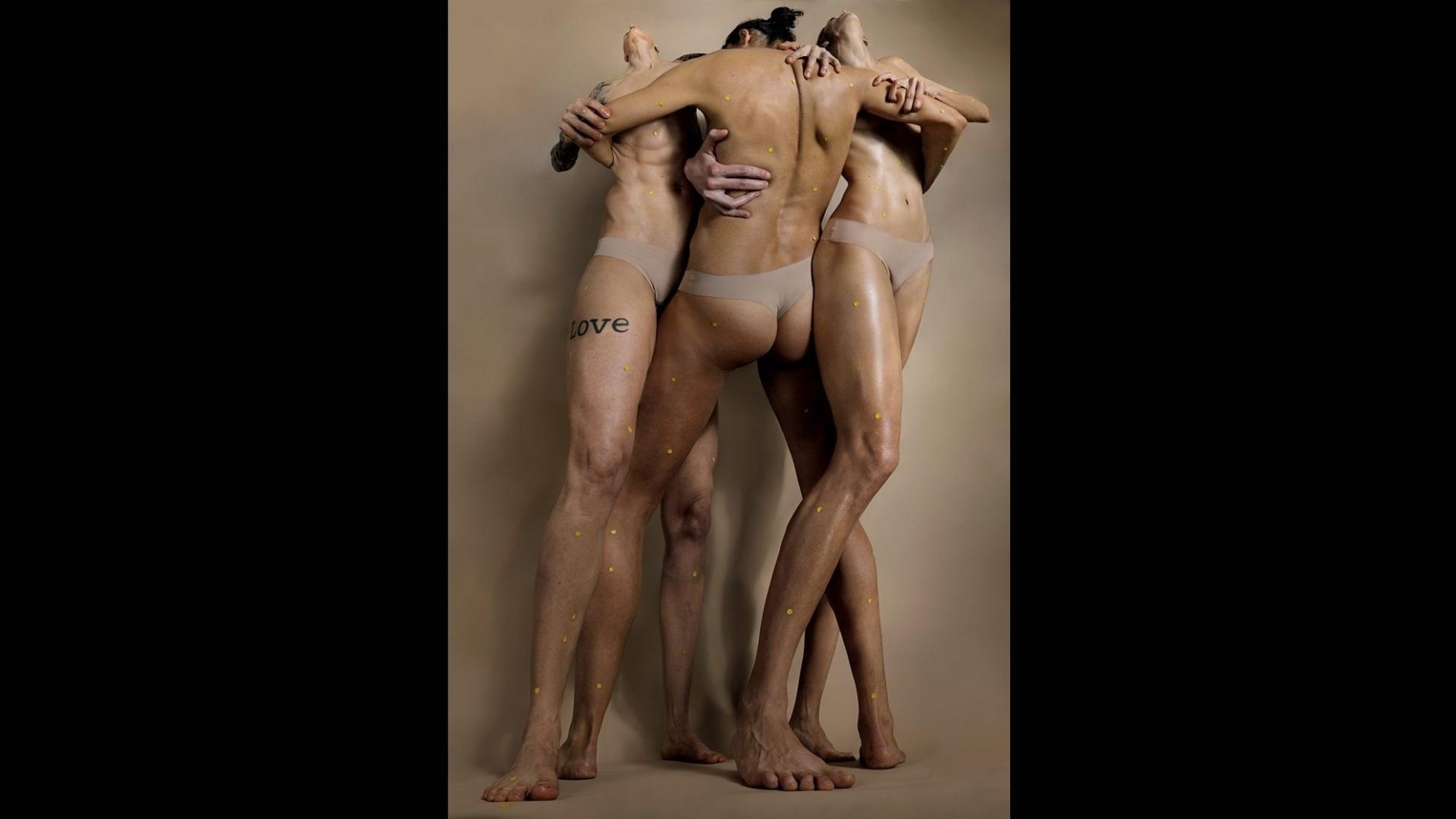 9.mai.2017 - Segundo o site do artista, o objetivo de expor a falta de significado nas representações visuais contemporâneas do corpo feminino é questionar os padrões e permitir uma relação diferente entre o espectador e a imagem