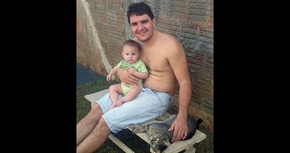 Vinicius com o filho Gabriel e a filhinha de estimação, de Itápolis (SP)