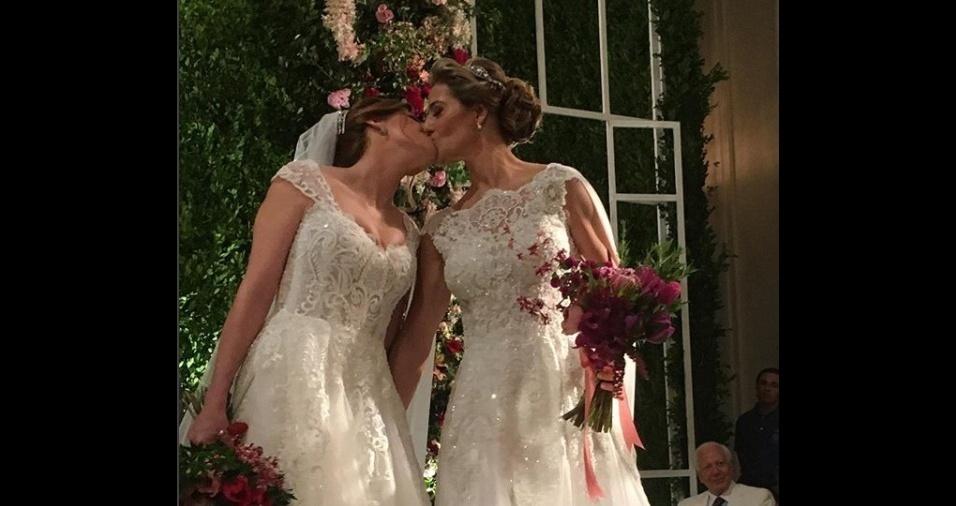 """10.mar.2018 - Roberta Gradel e Priscila Raab dão um beijo após o """"sim"""""""