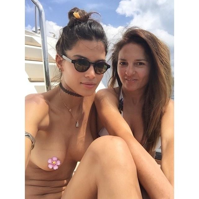 """24.jun.2015 - A modelo Raica Oliveira, ex-namorada de Ronaldo Nazário, postou uma foto ousada nesta quarta-feira no Instagram. A beldade apareceu de topless ao lado de uma amiga eu uma imagem tirada em um iate. Para cobrir o mamilo, a top escolheu o emoticon de uma flor rosa. Os fãs elogiaram Raica na rede social: """"Você pode, mostra mesmo"""", """"Sempre maravilhosa"""", """"Quebra tudo"""", """"Que belezura"""""""