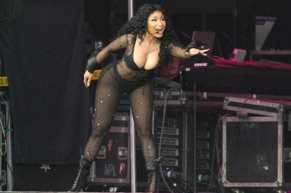 7.jul.2015 - A cantora Nicki Minaj sensualizou bastante durante um show na Dinamarca. Com um traje preto com transparência, a beldade do hip hop deixou suas generosas curvas em evidência e abusou de poses indiscretas durante a apresentação