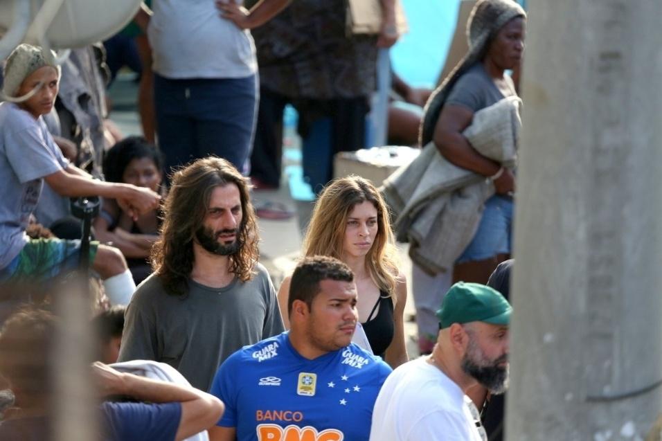 """18.ago.2015- Larissa (Grazi Massafera) e Roy (Flávio Tolezani) circulam drogados pela cracolândia em cena de """"Verdades Secretas"""" gravadas no Rio de Janeiro"""
