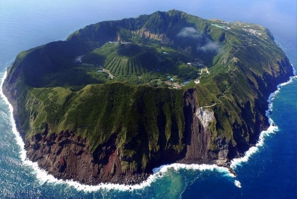 4.dez.2016 - A maioria da população que vive na ilha vulcânica é composta por agricultores e pescadores. Para chegar ao local, o acesso é realizado por helicóptero ou balsa