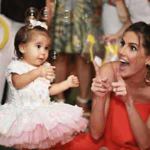 5.nov.2016 - Deborah Secco e Hugo Moura comemoraram o aniversário de um ano da pequena Maria Flor em uma casa de festas, na zona oeste do Rio de Janeiro. A festinha, que teve como tema a Turma da Galinha Pintadinha, não economizou no quesito fofura - Reprodução/Instagram