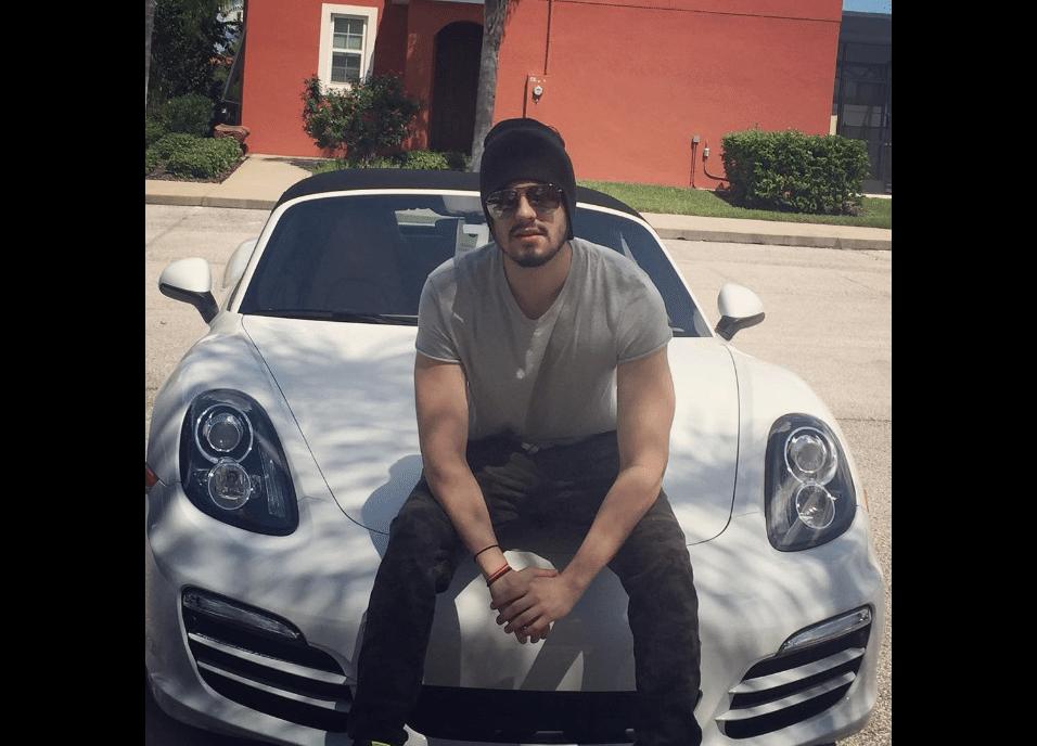 10.abr.2017 - Luan Santana exibe Porsche Boxster em foto no Instagram. O cantor revelou que vendeu o carro, que custa entre 300 e 450 mil reais zero quilômetro