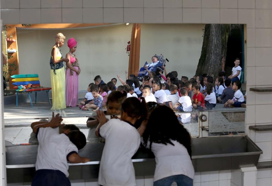 """""""A maioria das crianças fica mais curiosa, questiona bastante, interage muito. Elas questionam a roupa, o turbante. Querem saber sobre África, os animais"""", explica Denise Teófilo sobre a reação dos alunos nas escolas por onde já passou"""