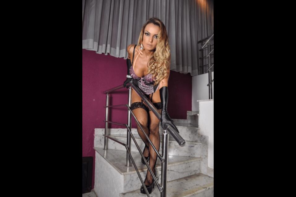 18.ago.2017 - Wanessa Angell não se intimidou com as baixas temperaturas registradas em São Paulo durante o ensaio sensual