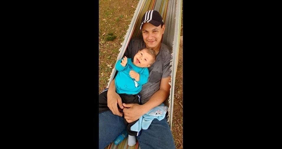 Andréia Rocha de Souza enviou foto do filho Lorenzo com o papai Christian Maine. A família mora em Porto Alegre (RS)