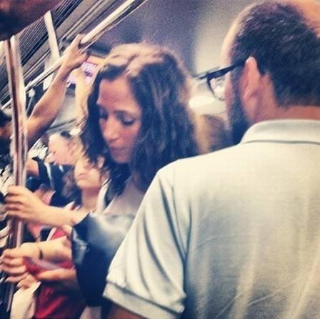 29.jul.2015 - No Rio de Janeiro, a atriz Camila Pitanga utiliza o metrô para chegar mais rápido à Rede Globo, onde grava a novela 'Babilônia'