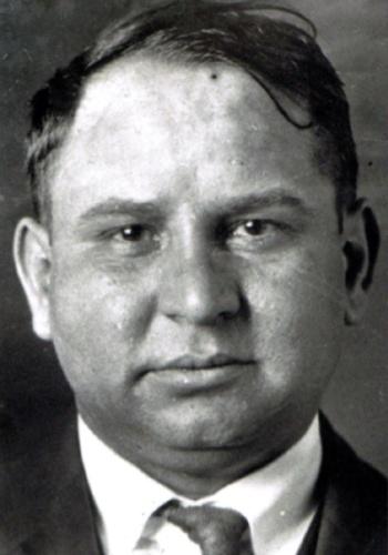 """Giuseppe """"Joe The Boss"""" Masseria era considerado o maior mafioso de Nova York, até ser assassinado por Charles """"Lucky"""" Luciano, interessado em assumir os negócios do chamado """"sindicato do crime"""". Lucky e os jovens mafiosos da década de 30, como Vito Genovese e Joe Bonanno, considerados mais violentos e audaciosos, acreditavam que os métodos arcaicos dos mafiosos da """"velha guarda"""" atrapalhavam os lucros"""