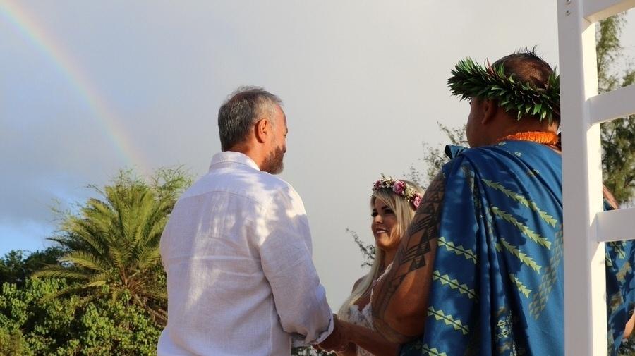 27.jan.2017 - Kadu Moliterno e Cristianne Rodriguez em cerimônia realizada na areia da Praia Puaena Point, no Havaí. Os dois se casara, pela primeira vez, no dia 11 de dezembro de 2016, em Florianópolis (SC)