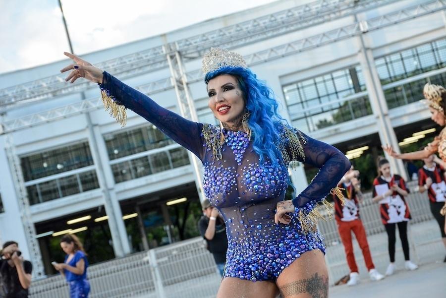 5.fev.2017 - Destaque da Acadêmicos do Tatuapé, Sabrina Boing Boing passou cinco horas no salão para arrumar o cabelo, tingido de azul