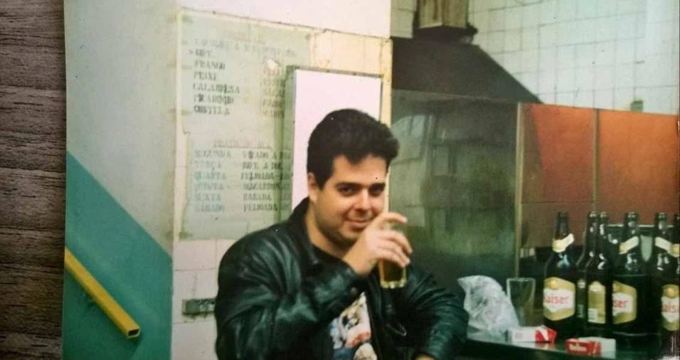 """Jefferson Pedroso Lopes Cano, 46 anos, de São Paulo (SP), enviou uma foto na qual aparece  """"tomando uma cervejinha para descontrair no ano de 1996"""""""