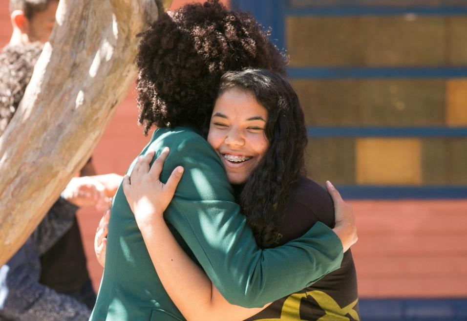 Professora Gina abraça aluna após roda de conversa em Ceilândia, no Distrito Federal