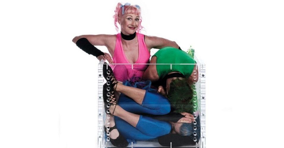 22. Espremer gente num Fusca é moleza. As contorcionistas Skye Broberg, Nele Siezen e Jola Siezen, da Nova Zelândia, ficaram mais de seis minutos dentro de uma caixa de 66 x 68 x 55 centímetros, mais ou menos o tamanho de um fogão de quatro bocas. O recorde foi cravado em setembro de 2009.