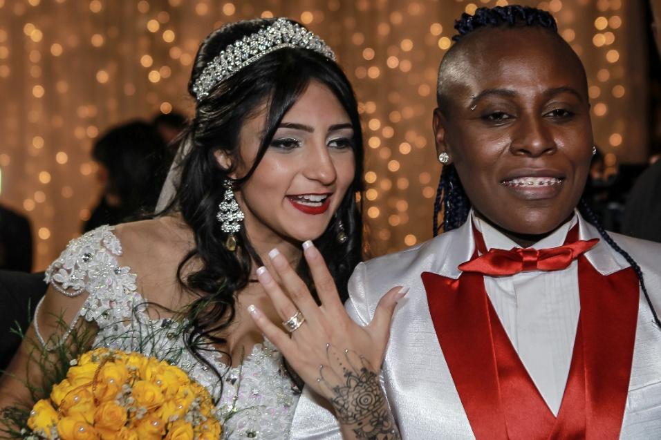 13.jun.2016 - Enfim casadas! Thalyta e Pepê mostram as alianças depois de se casarem em São Paulo