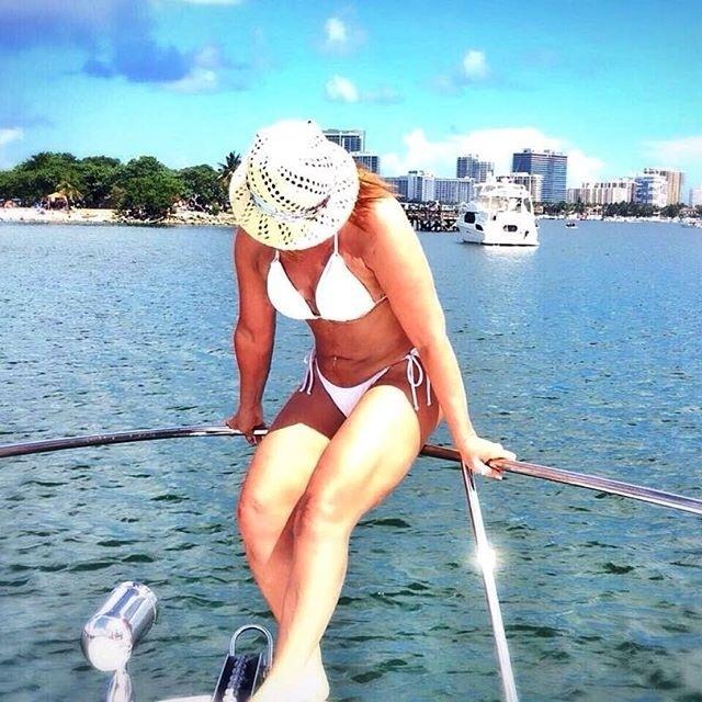 """18.jul.2016 - Aos 57 anos, Zilu Godoi, ex de Zezé, mostrou que está com tudo em cima ao postar uma foto de biquíni branco e chapéu. Ela, que está curtindo o verão dos Estados Unidos nas praias de Miami, na Florida, aproveitou que estava passeando de barco e até filosofou no Instagram: """"Cada dia é único para que possamos vivê-lo intensamente"""""""