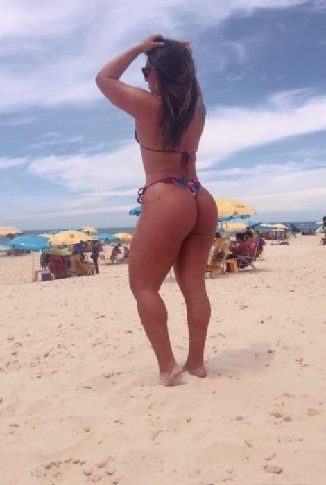 19.jan.2017 - A Mulher Melancia aproveitou a quarta-feira de muito sol para curtir o dia na praia e renovar o bronzeado no Rio de Janeiro. Nas redes sociais, a gata compartilhou a atividade com os fãs e celebrou o dia.