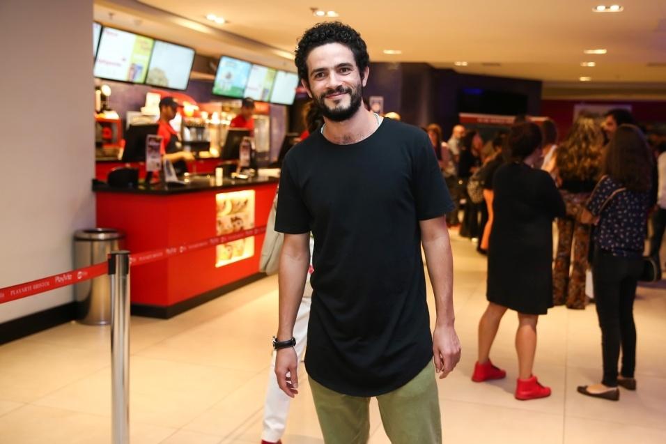 """7.mar.2017 - O ator Vinícius de Oliveira prestigia o lançamento do filme """"La Vingança"""", em São Paulo"""