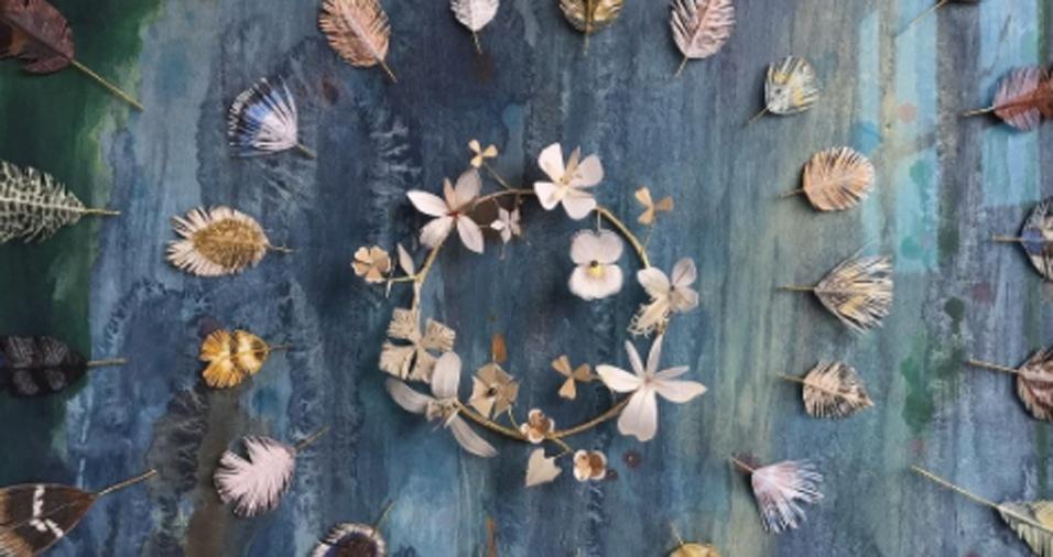 2. Usando principalmente papel, a dupla de artistas reproduz borboletas, flores, penas e muito mais