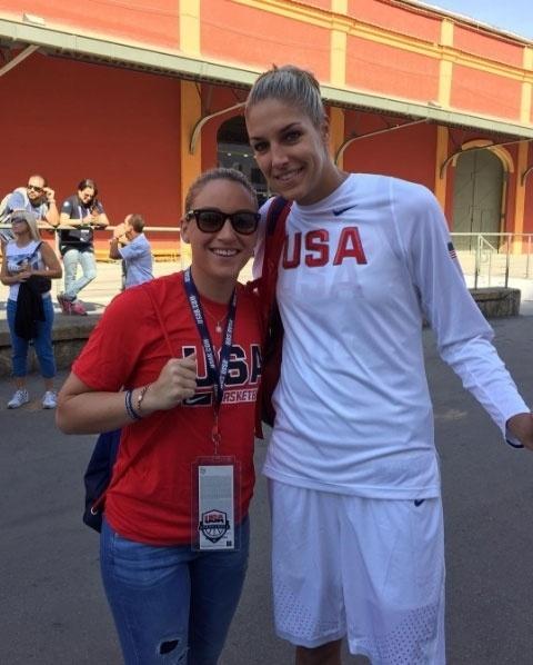 """Elena Delle Donne, jogadora de basquete da seleção dos EUA, ao lado de sua noiva, Amanda Clifton, durantes os Jogos Olímpicos do Rio-2016. """"Incrivelmente orgulhosa de você"""", escreveu Amanda na legenda da imagem, postada em seu Instagram"""