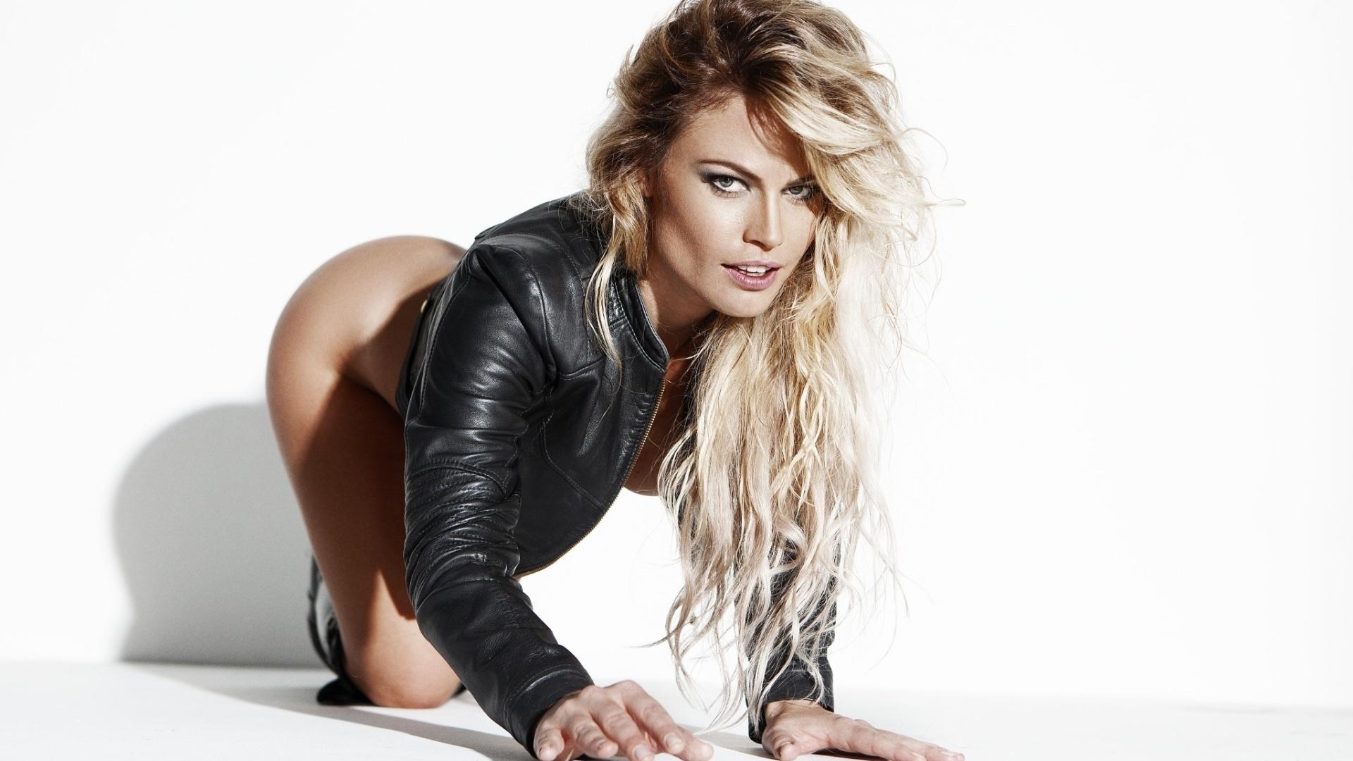 4.nov.2016 - Natalia Casassola posou para um novo ensaio sensual, desta vez no site Diamond Brazil. A ex-BBB tirou a roupa e mostrou suas curvas e, claro, suas tatuagens. Aos 31 anos, a loira revelou recentemente que está solteira e os homens têm medo dela