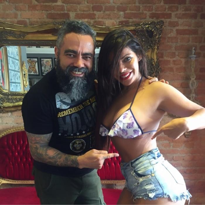 """4.dez.2015 - Ao lado do tatuador Sérgio Ricardo, a Miss Bumbum 2015 mostra onde gravou a frase """"Abençoada por Deus"""""""