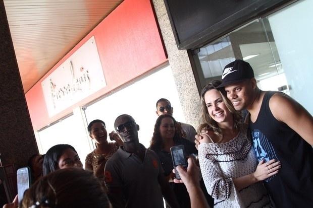 """10.mar.2016 - Ana Paula Renault, ex-sister do """"BBB16"""", dá atenção ao público em shopping na Barra da Tijuca, no Rio de Janeiro"""