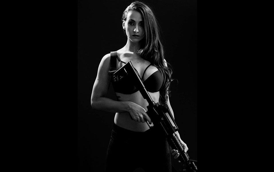 12.mai.2016 - Letícia Mazzonetto fez o ensaio portando armas do tipo airsoft