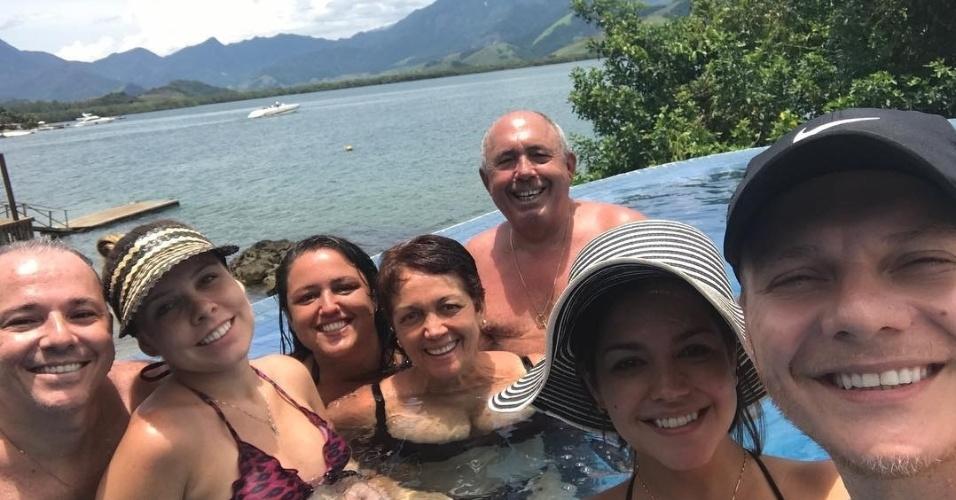 Jan.2017 - Thaís Fersoza e Michel Teló passaram o Ano Novo em uma mansão na cidade de Angra dos Reis (RJ) avaliada em R$ 20 milhões. Na foto o casal (dir.) posa com familiares