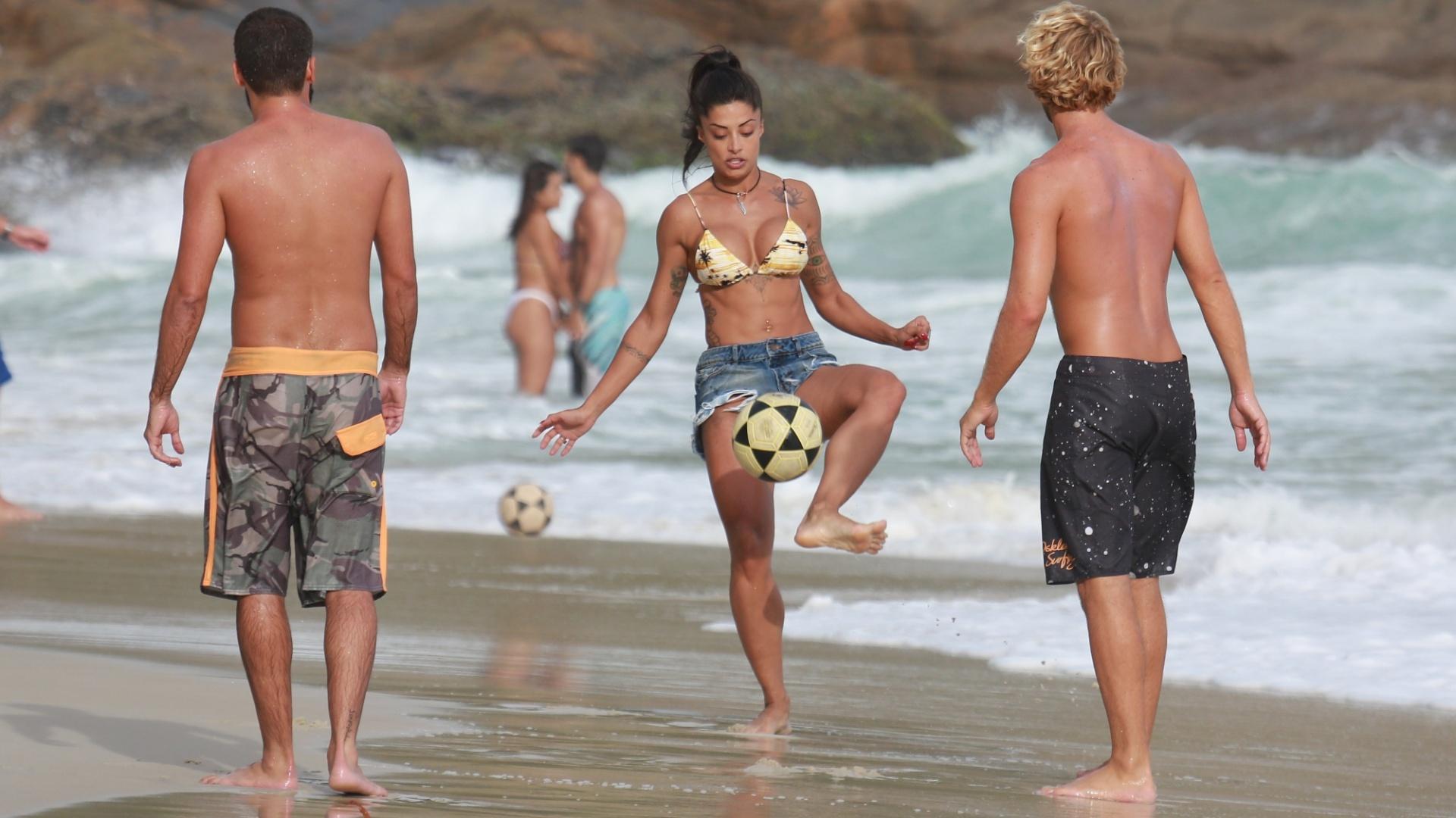 31.jan.2017 - A dançarina jogou bola na praia da Joatinga, no Rio de Janeiro, acompanhada de amigos e do namorado, o ator Felipe Roque