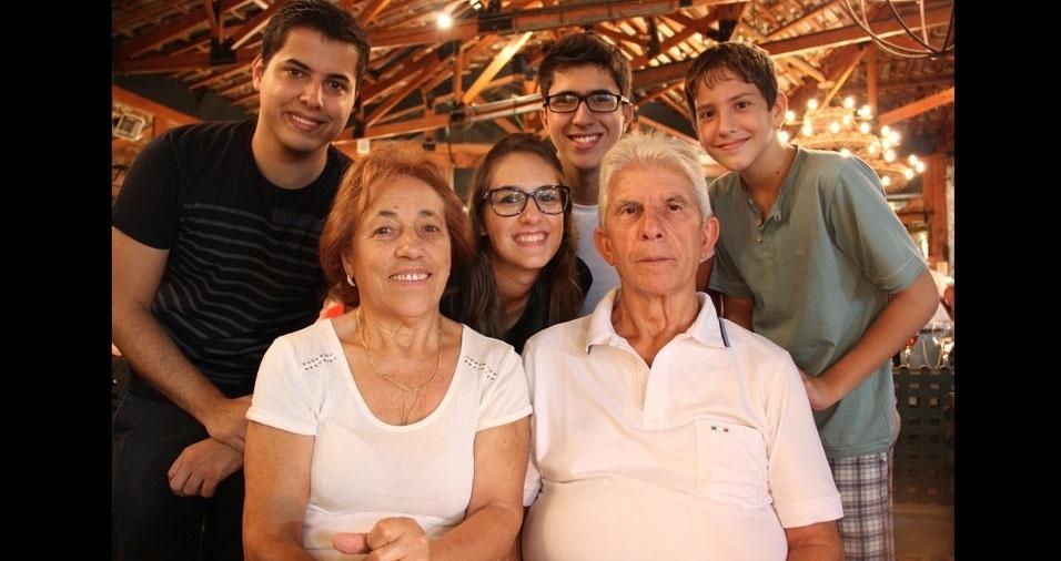 Felipe, Vitor, Bárbara e Bruno com a vovó Zulmira e o vovô Afonso. A família Proença mora em São Paulo (SP)