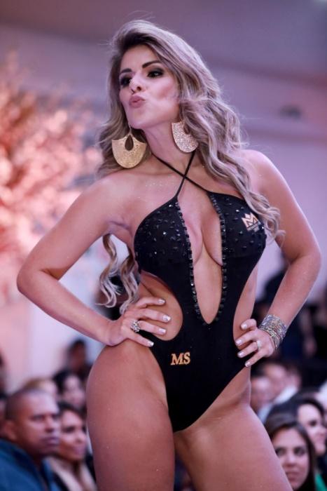5.nov.2017 - Confiante na passarela, a ex-bailarina do Faustão mostrou desenvoltura e beleza