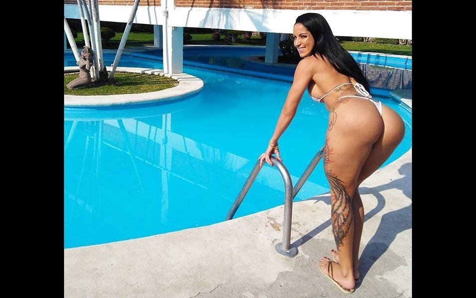 """2.mar.2018 - """"Pegando uma piscina no México"""", escreveu Elisa em outra postagem no Insta"""