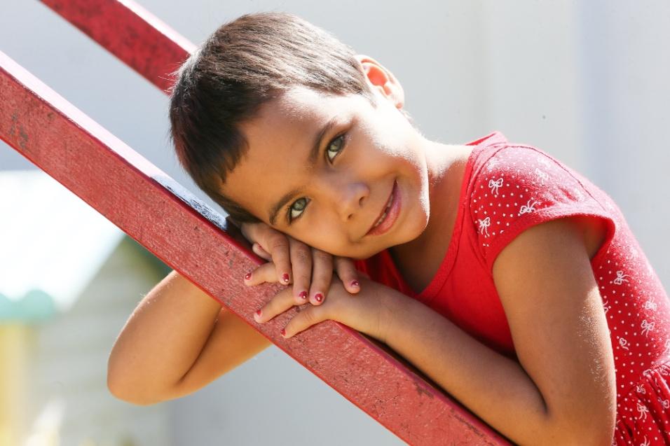 ABRACE. Osvaldina Ana, de cinco anos, mora há três meses, com a mãe, na Casa de Apoio.