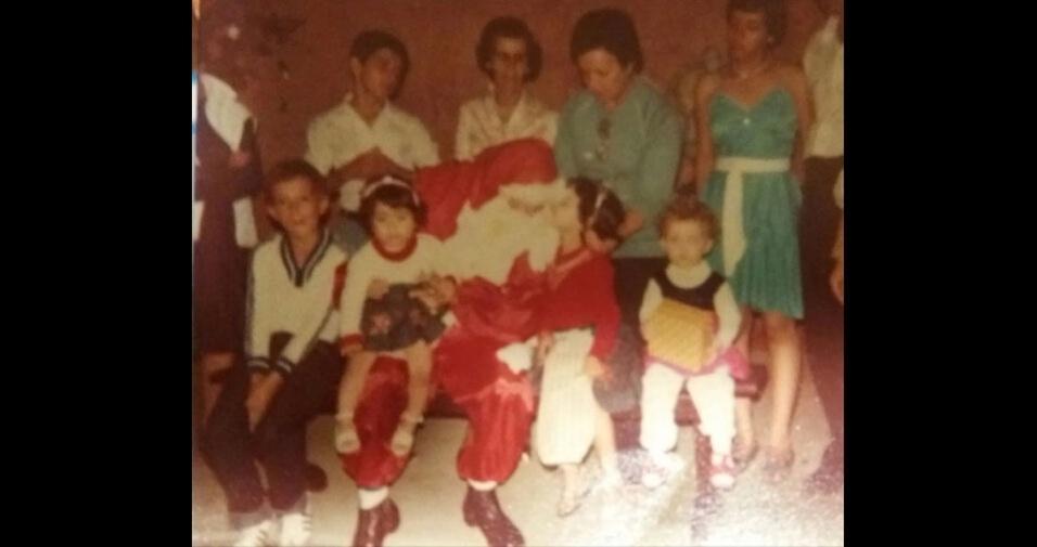 """Pedro Almeida, de São José dos Campos (SP), explica: """"Está foto é dos anos 80, quando eu e minha mãe revesamos a caracterização de Papai Noel para as crianças não perceberem quem era"""""""