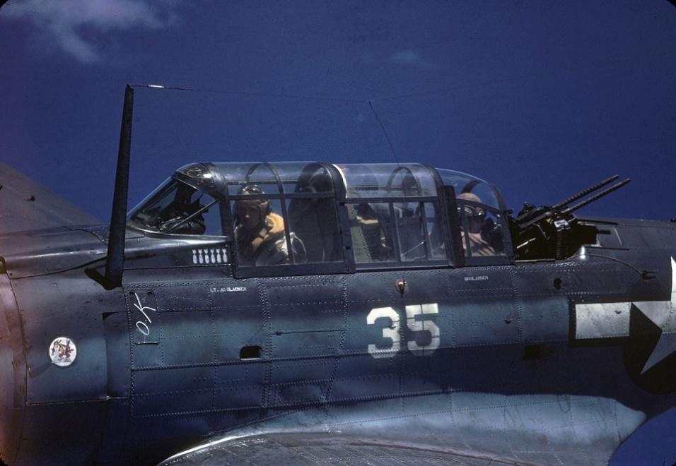 Abr.1944 - Tripulação do Douglas SBD Dauntless com o piloto George Glacken e o atirador Leo Boulanger, próximo à Nova Guiné