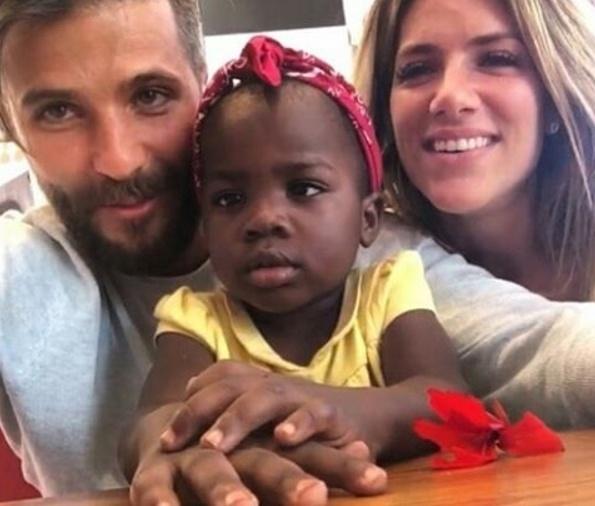 """8.jul.2016 - Bruno Gagliasso e Giovanna Ewbank posam com a filha adotiva Chissomo, também chamada de Titi, em foto postada no Instagram. Os internautas escreveram elogios ao casal na rede social.""""Vocês vão ser muito abençoados com essa criança Deus tá vendo essa belíssima ação de vocês"""", """"Titi, linda! Seus pais são maravilhosos"""", """"Coisa linda de se ver"""", """"Família linda"""", elogiaram os internautas na web"""
