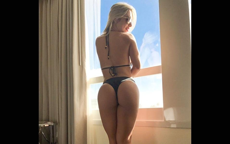 1º.jan.2017 - No quarto do hotel, a modelo Iara Ferreira exibiu mais de seu corpinho impecável