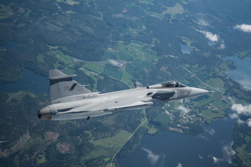 2017 - Licitação que escolheu o Saab Gripen 39E como o novo caça da FAB estabelece a transferência de tecnologias para a fabricação do modelo no país