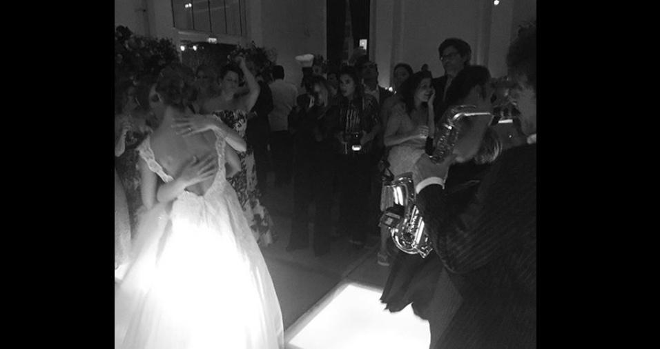 10.mar.2018 - Um beijo de Roberta Gradel e Priscila Raab durante show na cerimônia de casamento
